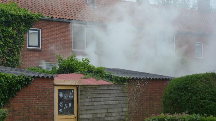 Bij de woningbrand, hier gezien vanuit de Lynbaanstrjitte, kwam veel rook vrij.