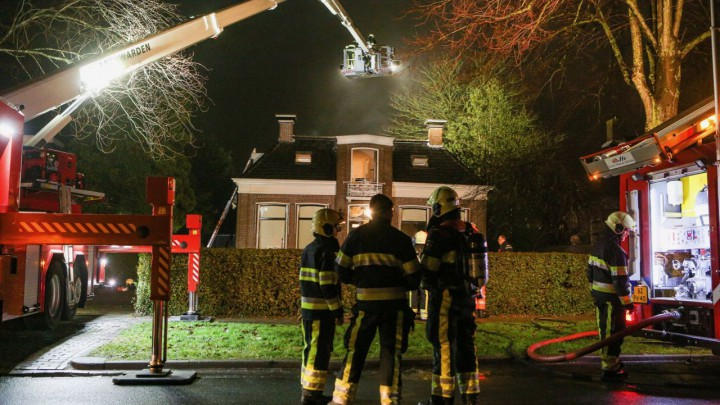 De brandweer zette onder meer een hoogwerker in. (Foto: CAMJO media)