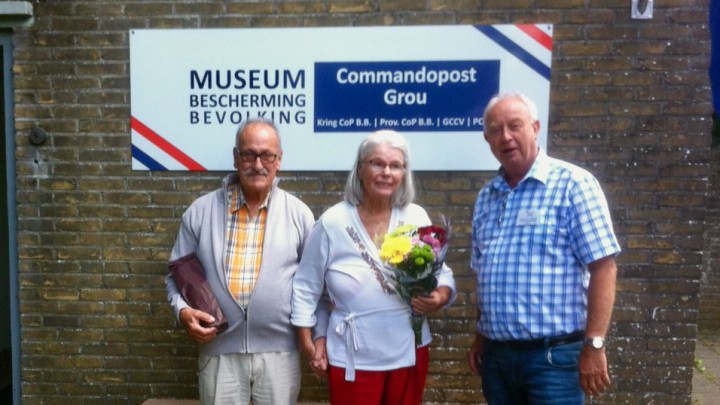 Het echtpaar Rijksen werden rondgeleid door locatiemanager Roelof van Gelderen (rechts).