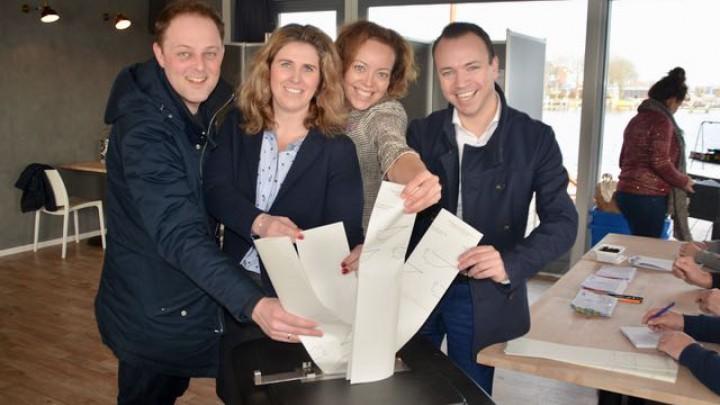 (V.l.n.r.) De CDA-prominenten Harry van der Molen, Esther Hanemaaijer, Sietske Poepjes en Sander de Rouwe deponeren hun stembiljet in de bus.
