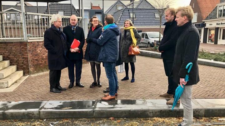 CvdK Brok (tweede van links) met het gezelschap bij de muziektent op It Grien.