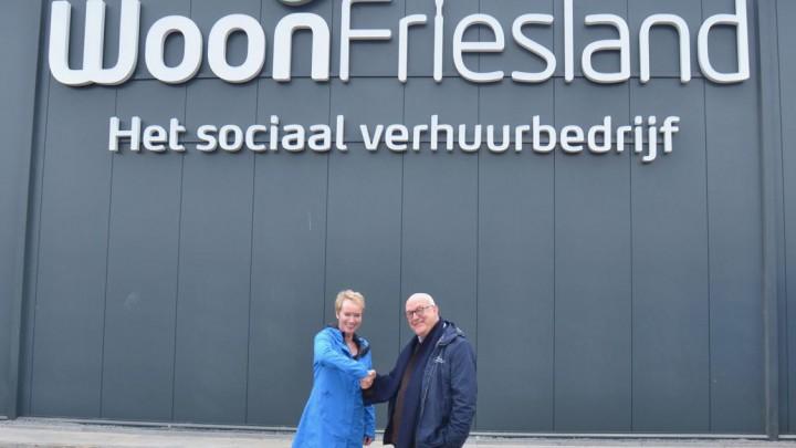 Directeur-bestuurder WoonFriesland Sigrid Hoekstra en wethouder Henk Deinum bij het nieuwe magazijn.