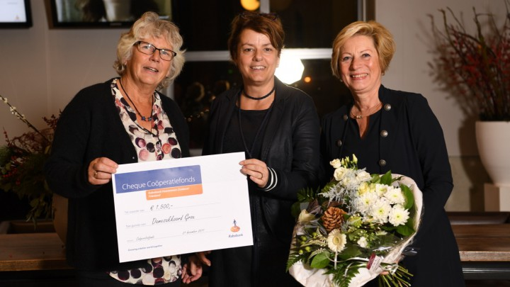 Karin Tijssen van Rabobank Heerenveen-Zuidoost Friesland, geflankeerd door Mieke Jager (links) en Dixy van der Goot van Damesakkoord.