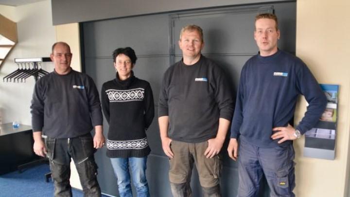 Cobusson-eigenaren Klaas (links) en Monica Feenstra met twee monteurs.