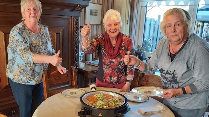 Griet, Cobe en Trien gaan genieten van de Heldenpan. Het drietal nadert de 80 jaar!