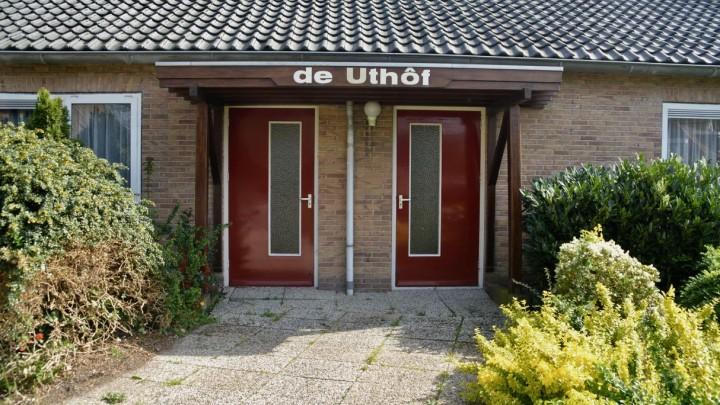 Opbaar- en condoleancecentrum De Uthôf, gevestigd in twee voormalige bejaardenwoningen aan de Lynbaanstrjitte.