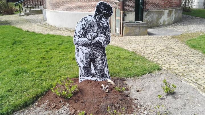 De 'deagraver' neemt even rust tijdens het ruimen van een graf.