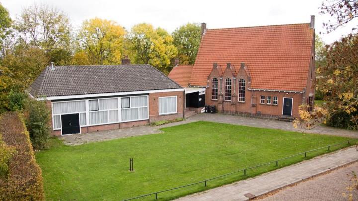Zalencentrum De Boei en de voormalige Gereformeerde Kerk aan de Kievitstraat.