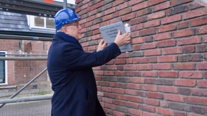 Wethouder plaatst 'eerste steen' appartementen