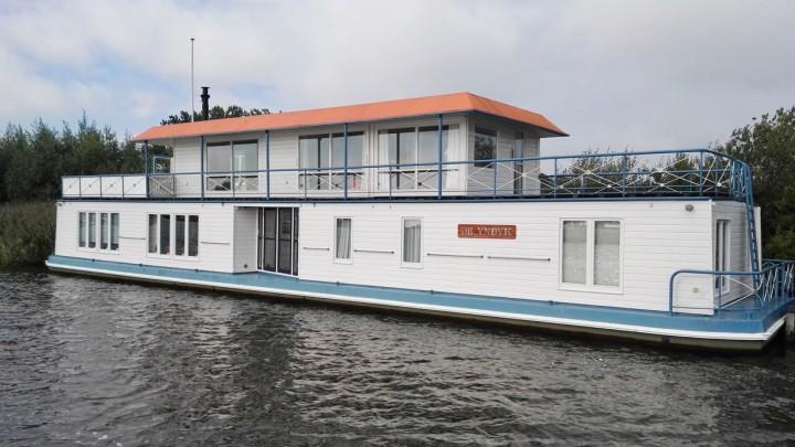 De markante woonboot De Yndyk verhuist van de Minne Finne naar De Burd.