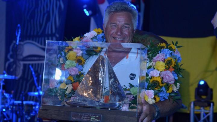 Douwe Visser ontving vorige week vrijdag het felbegeerde Sulveren Skûtsje. (Foto: Martin de Jong)