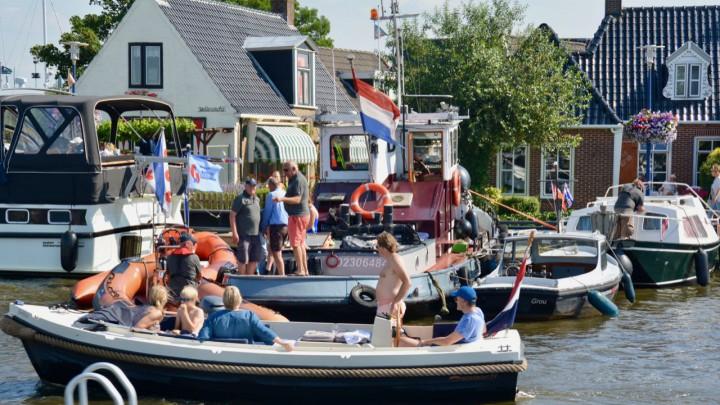 Drukte voorafgaand aan het 'silen' in 2019 aan de steiger langs de Rjochte Grou. De door de SKS ingehuurde sleepboot Rixt van Hendrik Brouwer staat op het punt om uit te varen.