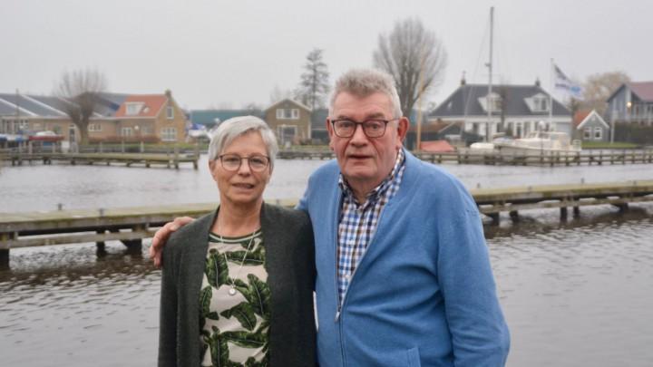 Eelke en Annie Bosma bij Hotel Oostergoo, waar het mearke wordt opgevoerd.