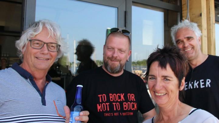 Mart Eerligh (links) nam het eerst flesje in ontvangst. Rechts initiatiefnemer Jacqueline Schuurman.
