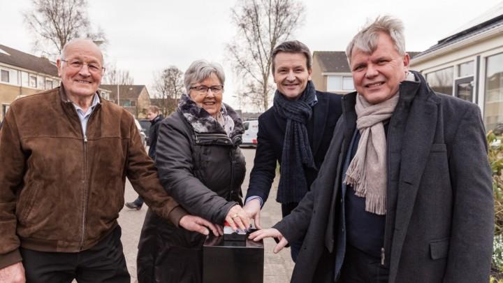 V.l.n.r. bewoners Kees en Betsy de Jong en de directeuren Peter van der Weg (Elkien) en Nico van Asten (Wits Noord).