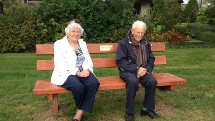 Feike Hoekstra met zijn vrouw Zus op het bankje dat hen 2 jaar geleden door de kinderen is aangeboden ter gelegenheid van hun 60-jarig huwelijk.
