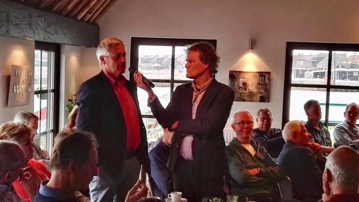 Discussieleider Henk Feitsma luistert naar directeur Henk de Vries van It Fryske Gea.