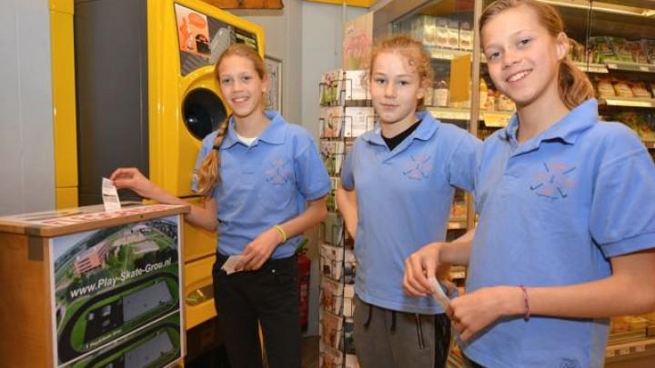 Lisanne Plaatje, Melissa Klaver en Michelle Plaatje (v.l.n.r.) doneren de eerste flessenbonnen. (Foto: Jikkie Cats)