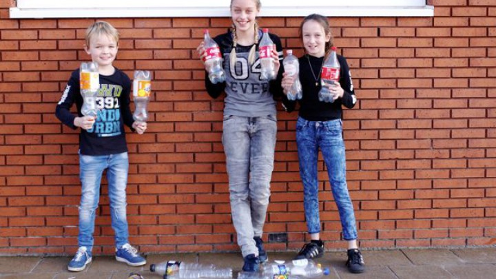Mark, Manon en Ilse Goos begonnen een flessenactie voor Het Theehuis.