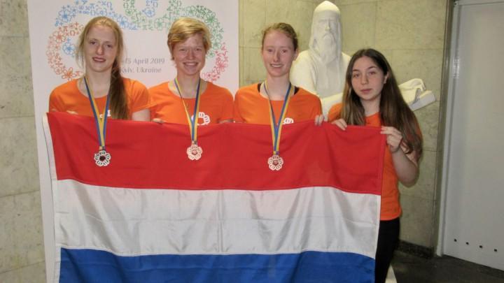 Het Nederlandse team met hun medailles. V.l.n.r.: Floor, Hanne, Sièna, Ana.