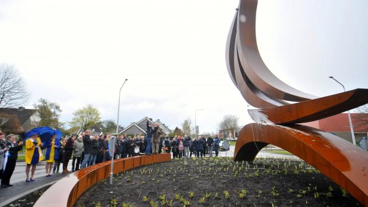 De nog jonge beplanting tijdens de opening van het monument in april jl. (Foto: Pier van der Heide)