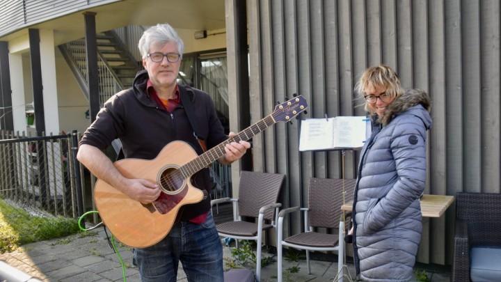 Fokke de Groot en Jessica Aliena van Wijk op het terras van Friesma State.