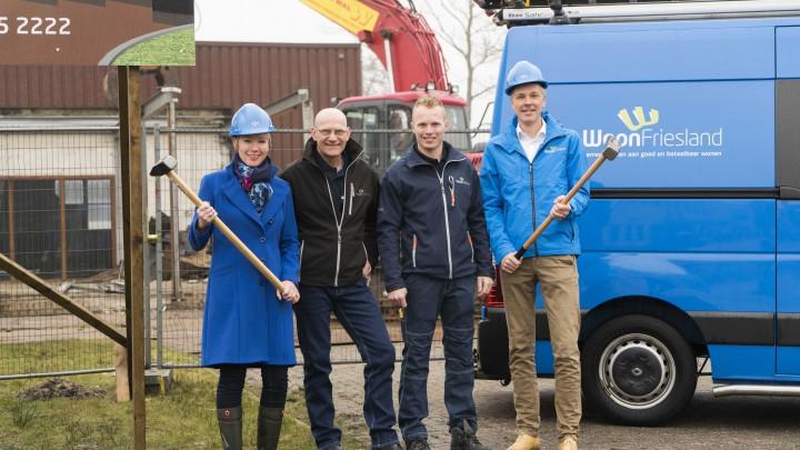 (V.l.n.r.) Directeur-bestuurder Sigrid Hoekstra, Service & Onderhoudmonteurs Hielke Faber en Marc van Es en relatiemanager Rudo de Bert van WoonFriesland geven het startsein voor sloop.