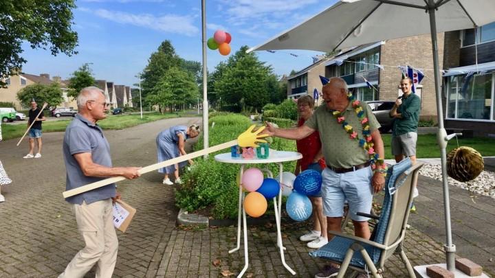 Gerard Frijling viert 80ste verjaardag op straat
