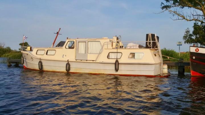 De gestolen boot aan een Marrekrite-ligplaats bij Grou.