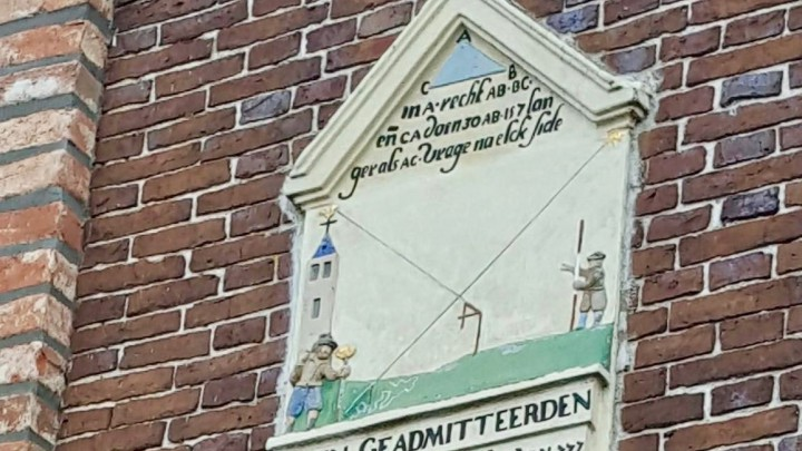 Gevelsteen met bijzondere wiskundige opgave. Landmeter Sytse Gravius liet deze in 1655 inmetselen.