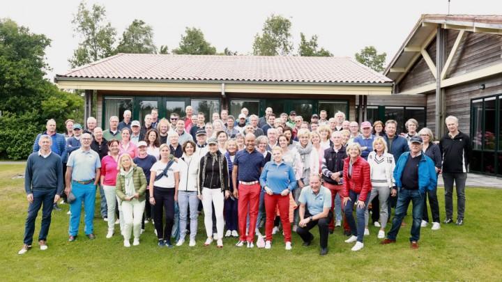 De deelnemers aan Grouster Golf 2018 voor het clubhuis van De Groene Ster. (Foto: Promofotos.nl)