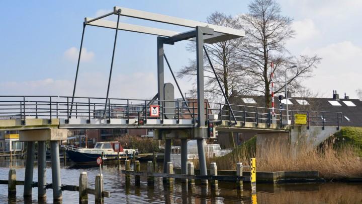 De Graaldabrêge is de fiets- en voetgangersbrug over de Rjochte Grou.