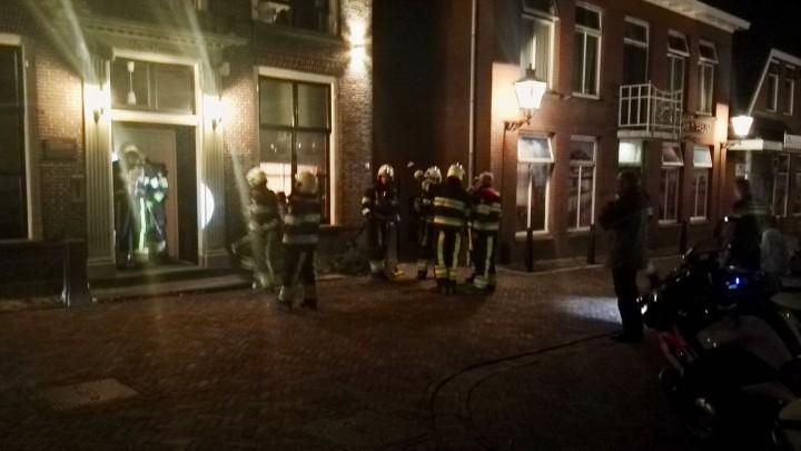 De brandweer verricht metingen in en rond het gebouw.