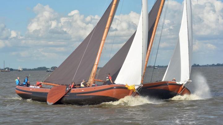 It Doarp Grou (links) op De Fluezen boord aan boord met het Woudsender skûtsje.