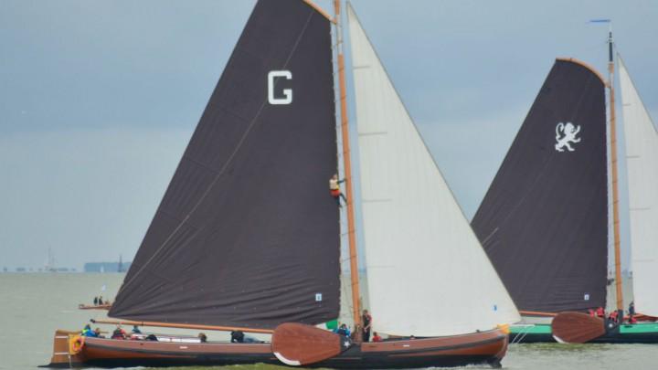 Grou en Leeuwarden (dat als 7e finishte) op het IJsselmeer. Anne Tjerkstra klom weer in de mast om de rabanden aan te trekken.