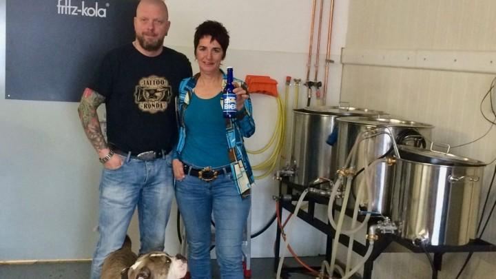 nitiatiefneemster Jacqueline Schuurman en Johan de Jong van speciaalbierbrouwerij Noarder Dragten.
