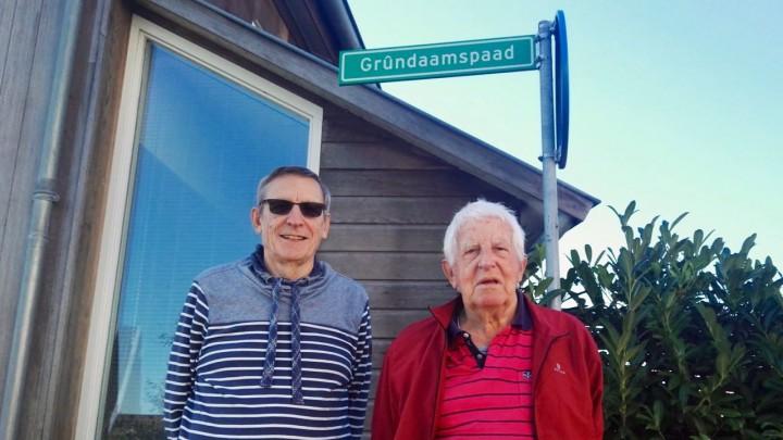 Nol Gosman (links) en Sybren van der Vlugt bij het bordje met de naam Grûndaamspaad.