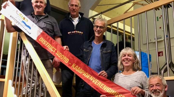 Het team van GWS, met de kampioenswimpel. Van boven naar beneden: Krijn Huisman, Aucke Bergsma, Atze Wijbenga, Sytze Krist, Jeannette Nijland en Henk Volbeda.