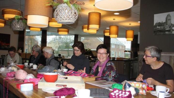 Haakcafé stelt 100ste deken samen