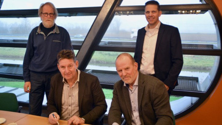 Tjitse Zandstra (SHP) en rechts Folkert de Haan (Haenes) na de ondertekening. Staand links architect Rein Hofstra en rechts projectmanager Reinder Hoekstra van SHP.
