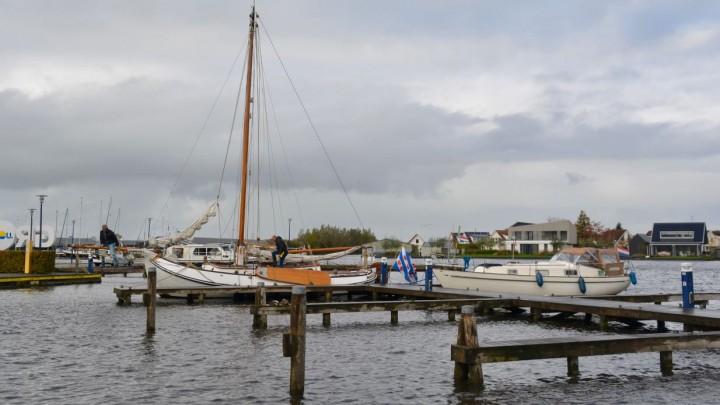 De Hellingshaven is populair bij watersporters. Zelfs in de herfst weten passanten het 'smûke haventsje' te vinden.