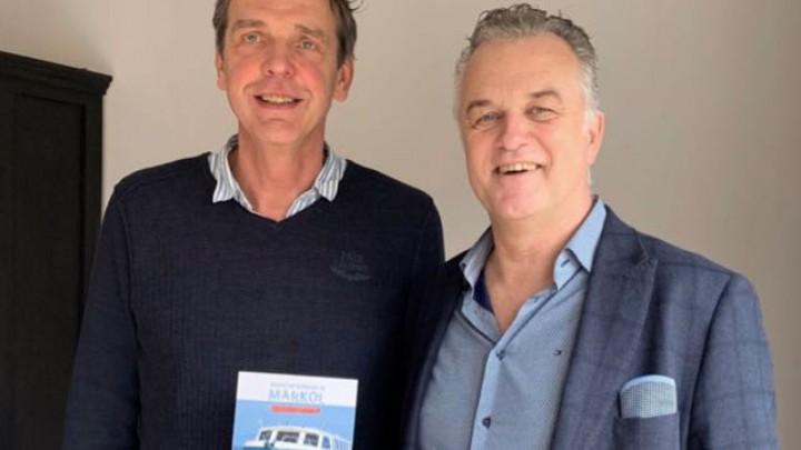 Voorzitter Alle Jan Heida van Stichting Gehandicapten Watersport (links) en Gerard Smit van Fryslân Homes.