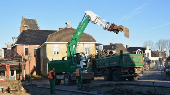 Aannemingsbedrijf Jansma was vanmiddag druk bezig met het verwijderen van de bestrating.
