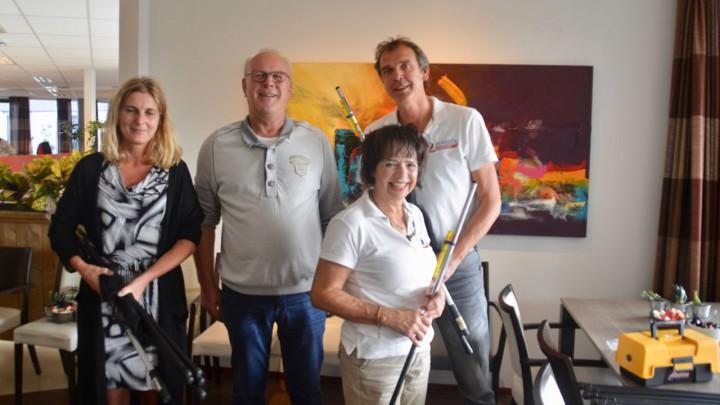 Voorzitter Jan Vos (midden) reikte de hengelsportpakketten uit aan Tineke Hoekstra (Friesma State) en Alle Jan Heida en Grada Stoker van de Markol.