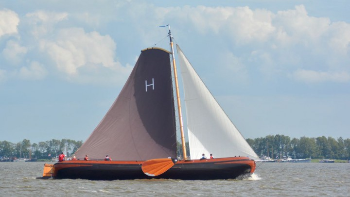 Het skûtsje van Heerenveen maandagmiddag op weg naar de dagoverwining.
