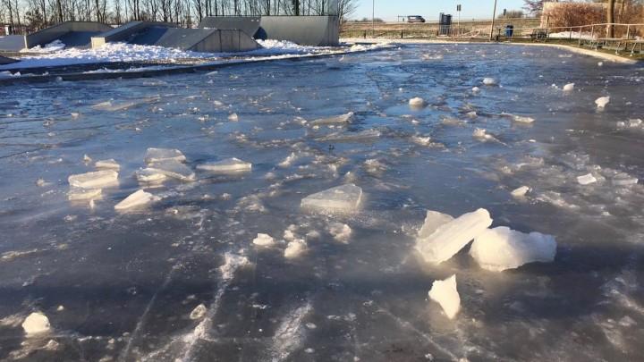Het vernielde ijs van de Play en Skatebaan aan de Birstumerdyk. (Foto: Jikkie Piersma)