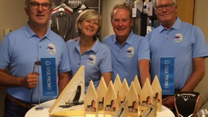 Het bestuur poseert achter de prijzen. (V.l.n.r. Peter van den Broek, Diana Michiels, Feico Smeding, Frans de Rijke.)
