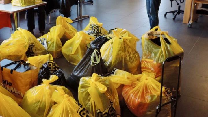 De opgehaalde BEST-tassen worden verzameld in de kantine van KV-Mid-Fryslân.