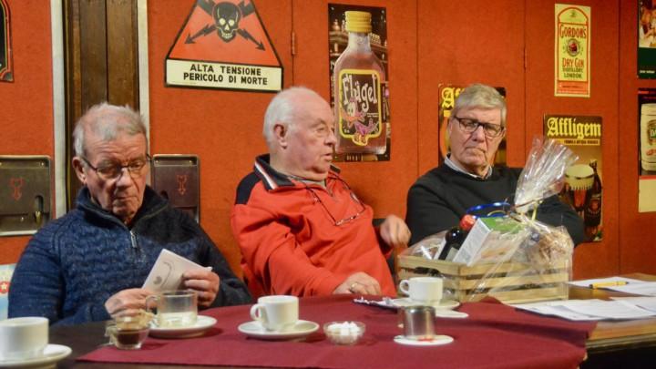 Vrijwilliger Jan de Vries (midden) nam tijdens de IJWC-vergadering afscheid.