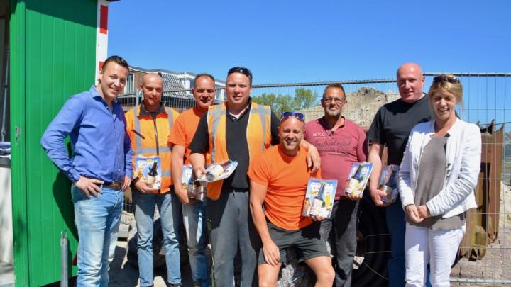 Ronald Visser (links) en Joke Broekens tussen de medewerkers van Jansma.